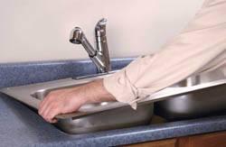 Сантехник в Санкт-Петербурге. Услуги сантехника – установка раковины на кухне. город Санкт-Петербург
